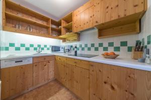 A kitchen or kitchenette at Haus Elisabeth