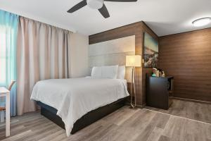 A bed or beds in a room at Deco Boutique Hotel