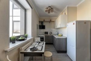 A kitchen or kitchenette at Ваша Зона Комфорта у ТРЦ Красный Кит #0139