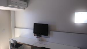 A television and/or entertainment centre at Barreto Apart Hotel
