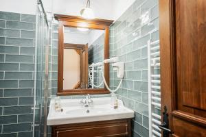 O baie la CASA CHITIC -HOTEL SI RESTAURANT Str Johann Gott nr7