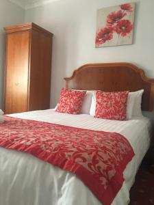 A bed or beds in a room at Sorrento Hotel & Restaurant