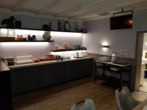 A kitchen or kitchenette at Hotel de Magneet