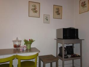 A television and/or entertainment centre at Guesthouse Alizée