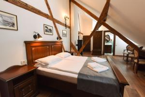 Un pat sau paturi într-o cameră la CASA CHITIC -HOTEL SI RESTAURANT Str Johann Gott nr7