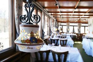 Ein Restaurant oder anderes Speiselokal in der Unterkunft Hotel Adler Bärental
