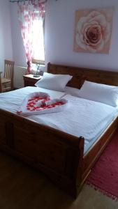 A bed or beds in a room at Gasthof zur Alten Post-Pension