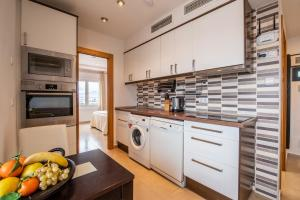 A kitchen or kitchenette at Alicante Skylights Apartments