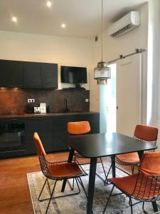 A kitchen or kitchenette at Votre adresse de charme hypercentre