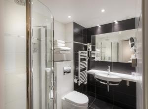 A bathroom at Hotel de la Paix Tour Eiffel