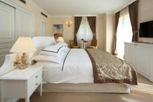 A bed or beds in a room at Luxury Rooms Villa Jadranka