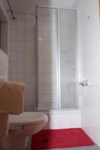 A bathroom at Gasthof zur Alten Post-Pension