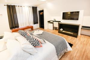 A bed or beds in a room at Pousada La Lavande