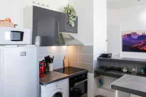 A kitchen or kitchenette at Les quais du Port