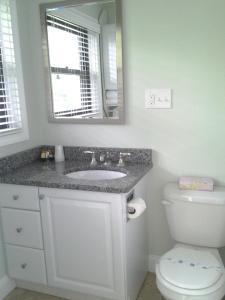 A bathroom at Surf & Sand Beach Motel