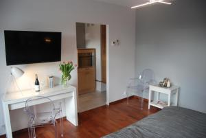 A television and/or entertainment centre at 4 All Apart Hotel