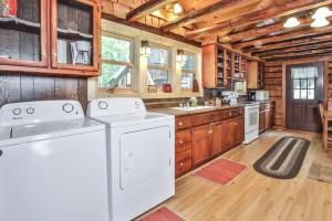 A kitchen or kitchenette at Hodge Podge Lodge-Hiller Vacation Homes Home