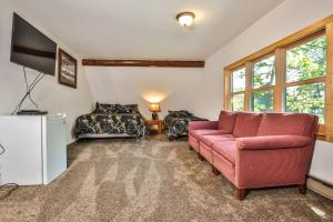 A seating area at Hodge Podge Lodge-Hiller Vacation Homes Home