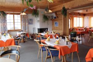Ein Restaurant oder anderes Speiselokal in der Unterkunft Hotel Gravas Lodge