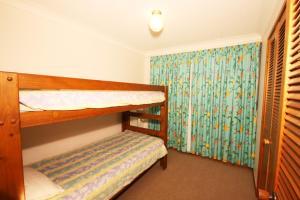 A bunk bed or bunk beds in a room at Sha na na Unit 6, 75 Edmund Street
