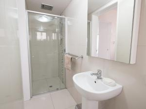 A bathroom at Pacific Towers Unit 4, 19 Ormonde Tce Kings Beach