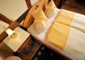A bed or beds in a room at Matsch - Plauens älteste Gastwirtschaft