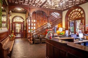 Un restaurante o sitio para comer en Palmers Lodge Swiss Cottage