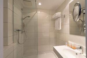 A bathroom at Wyndham Köln