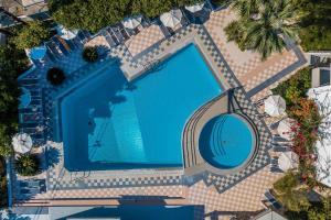 Utsikt mot bassenget på Irinna Hotel-Apartments eller i nærheten
