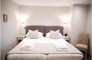 A bed or beds in a room at Rutland Water Courtyard Rooms