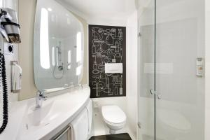 A bathroom at ibis Glasgow City Centre – Sauchiehall St