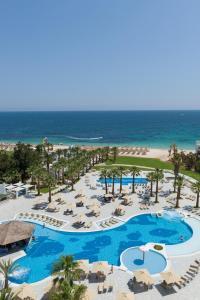 Uitzicht op het zwembad bij Marhaba Palace of in de buurt