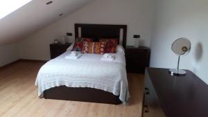 A bed or beds in a room at Apartamentos O Almacen