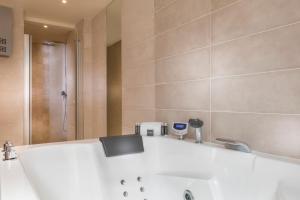 A bathroom at Hotel Du Cadran
