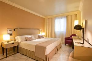 A bed or beds in a room at Vincci Albayzin