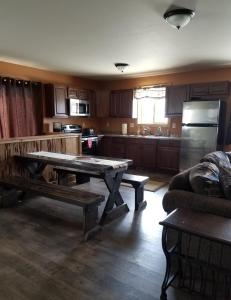 A kitchen or kitchenette at Yellowstone Villa