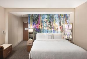 A bed or beds in a room at Courtyard by Marriott Baton Rouge Downtown