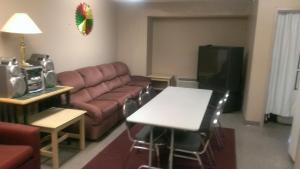 A seating area at Microtel Inn & Suites by Wyndham Syracuse Baldwinsville