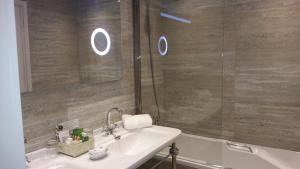 A bathroom at Château de Vault de Lugny