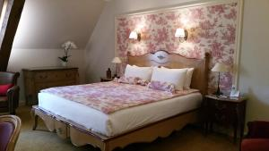 A bed or beds in a room at Château de Vault de Lugny