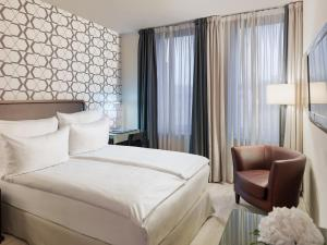 A bed or beds in a room at H10 Berlin Ku'damm