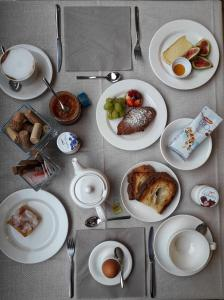 Breakfast options available to guests at Wine Hotel Retici Balzi