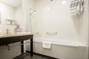 A bathroom at Hotel Atrium