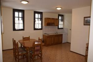 A kitchen or kitchenette at Guest Houses Kedar