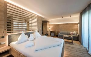 A bed or beds in a room at Hotel Gasserhof