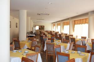 Um restaurante ou outro lugar para comer em Hotel Caravelas