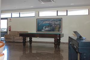 Uma mesa de bilhar em Hotel Caravelas