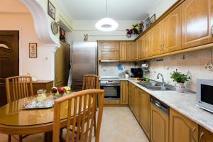 A kitchen or kitchenette at Doris House by Konnect