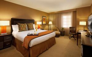 A bed or beds in a room at Jamaica Bay Inn Marina Del Rey Tapestry Collection by Hilton