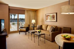 A seating area at Jamaica Bay Inn Marina Del Rey Tapestry Collection by Hilton